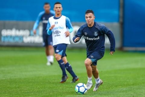 Matheus Henrique desfalca treino do Grêmio e Léo Moura volta a trabalhar  com bola 585c3892f4488