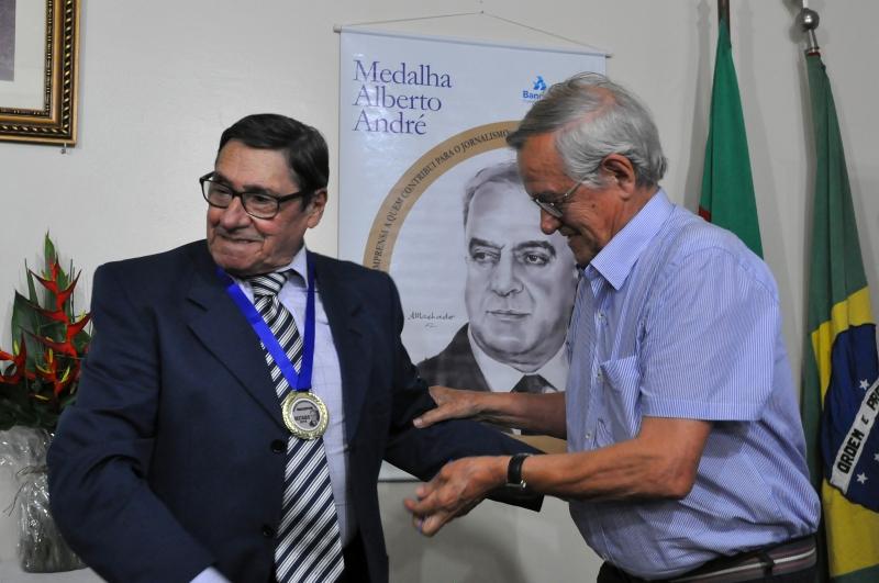 Em dezembro, Gamboa (e) foi homenageado pela Associação Riograndense de Imprensa
