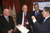 Colunista Fernando Albrecht recebe comenda do Rotary