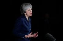 Premiê britânica sobrevive a voto de desconfiança do próprio partido