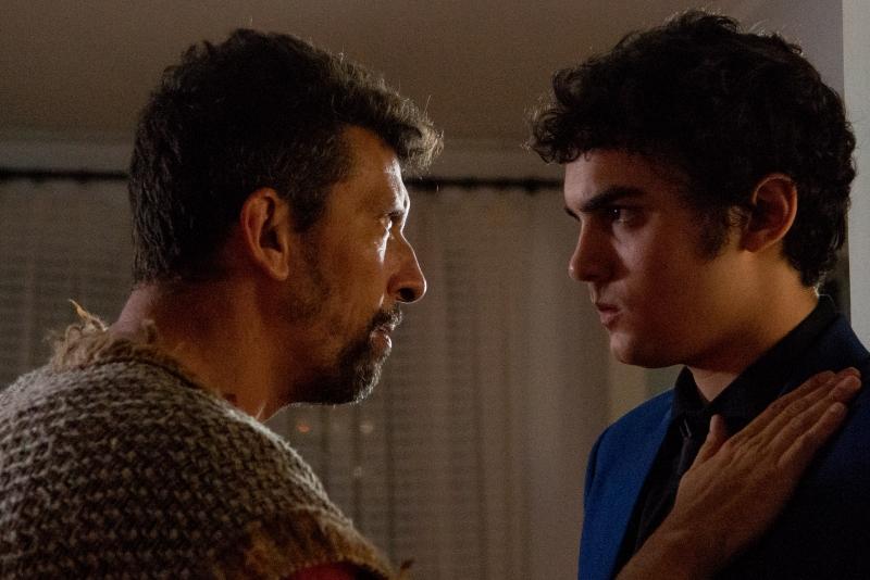 Pedro (Milhem Cortaz) e Horácio (Gabriel Contente) vivem triângulo amoroso com a esposa de Pedro
