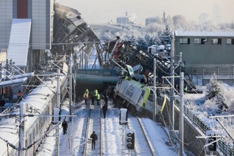 Trem-bala colide com locomotiva e deixa nove mortos na Turquia