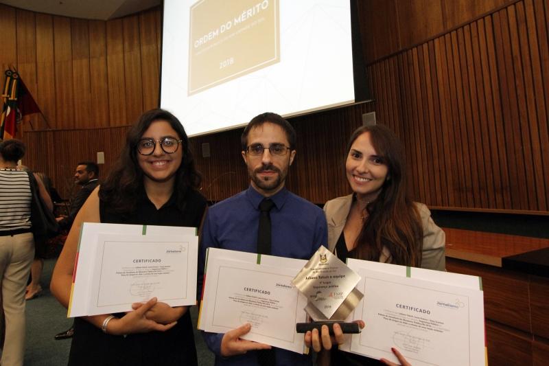 O editor assistente Juliano Tatsch e as repórteres Suzy Scarton e Laura Franco recebem o Prêmio Jornalismo Ministério Público do Rio Grande do Sul. A série de reportagens