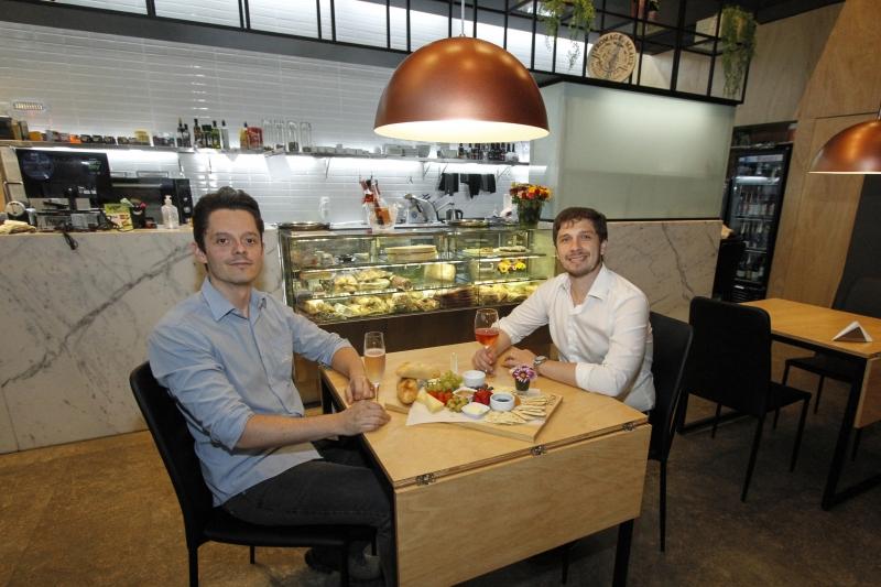 Entrevista com donos do Brava, restaurante de tábuas de queijos e charcutaria
