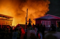Incêndio de grandes proporções atinge 600 casas em Manaus e deixa 4 feridos