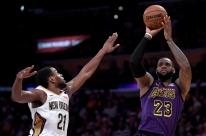 Com 'triple-double' de LeBron, Lakers bate Pelicans; Raptors vence e Kawhi brilha