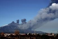 Vulcão Etna entra em erupção na Itália e fecha aeroporto na Sicília
