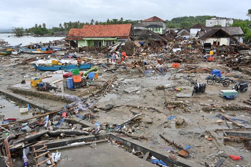 Buscas se estendem por terra e mar, já que muitas vítimas teriam sido arrastadas pelas ondas
