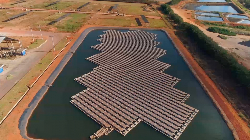 Placas fotovoltaicas são instaladas sobre plataformas flutuantes localizadas em lagos ou barragens