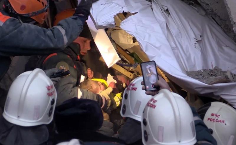 Equipes de socorro conseguem resgatar bebê de prédio onde houve explosão em Magnitogorsk