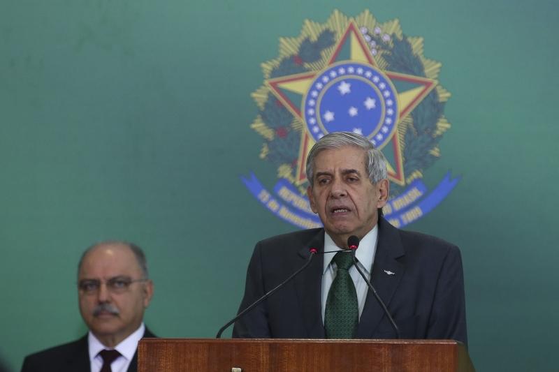 O ministro da Segurança Institucional, general Augusto Heleno, discursa na solenidade de transmissão de cargos, no Palácio do Planalto.