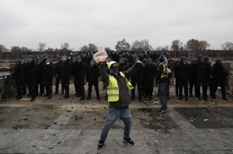 Polícia francesa usa gás lacrimogêneo em protesto de coletes amarelos