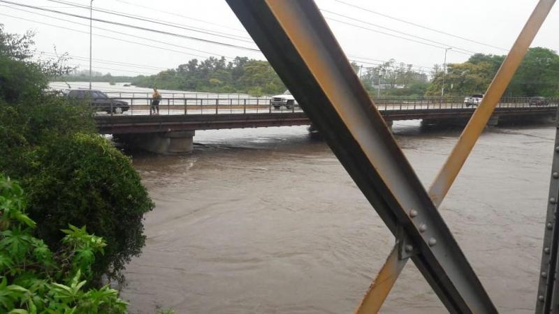 Monitoramento avalia quanto à possibilidade de interdição da ponte Borges de Medeiros devido à cheia
