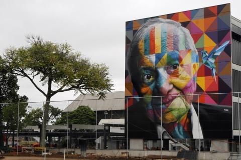 Kobra faz primeira intervenção em Porto Alegre com homenagem a Mario Quintana