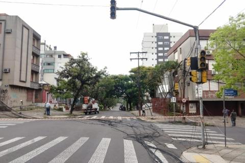 Incêndio em poste deixa moradores do bairro Petrópolis sem luz em Porto Alegre