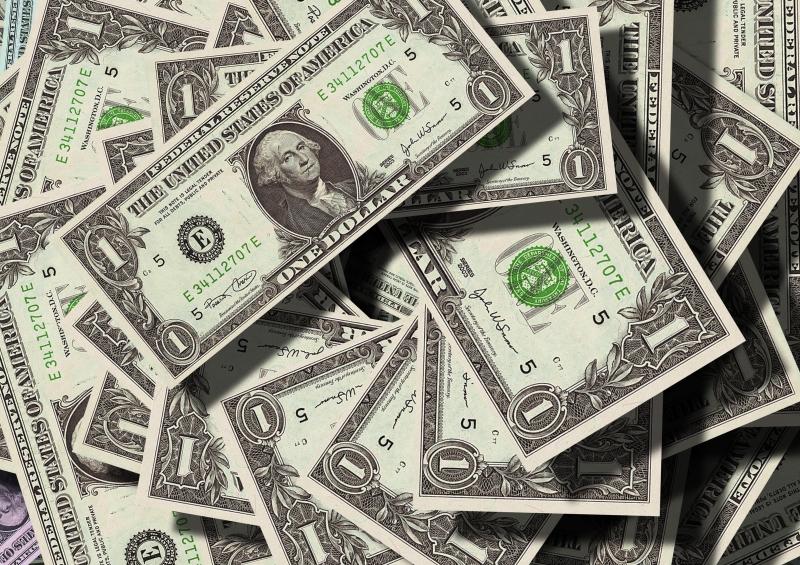 Mais cedo, o dólar havia operado em queda aqui e lá fora, influenciado pelo índice de inflação ao consumidor