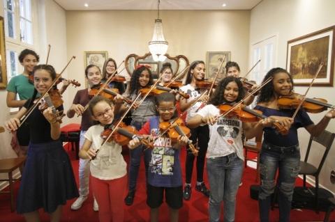 Escola de Porto Alegre ensina de graça alunos de escolas públicas a tocar instrumentos