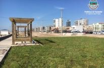 Colocação da grama tem início  na revitalização da beira-mar