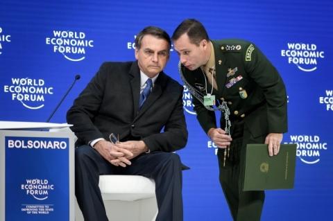 'Se ele (Flávio) vier a errar, lamento como pai, mas terá de pagar o preço', diz Bolsonaro