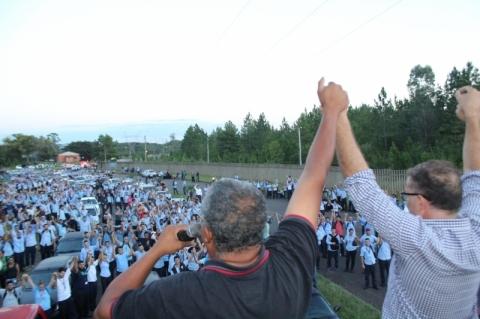 Trabalhadores da GM rejeitam propostas da montadora e fazem protesto em Gravataí