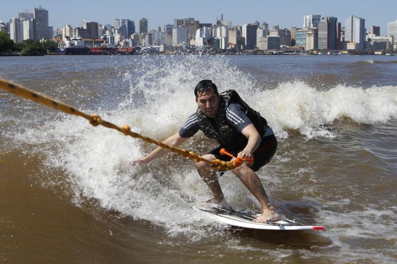 A lancha que puxa o esportista na arrancada cria as ondas