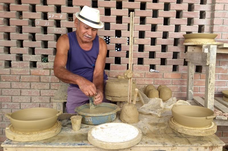 Seu Deó, 75 anos, aprendeu a moldar a argila com o pai