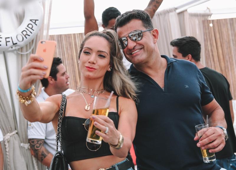 Débora Izeppe e Ricardo Garre em clima de verão no Cafe de La Musique Floripa