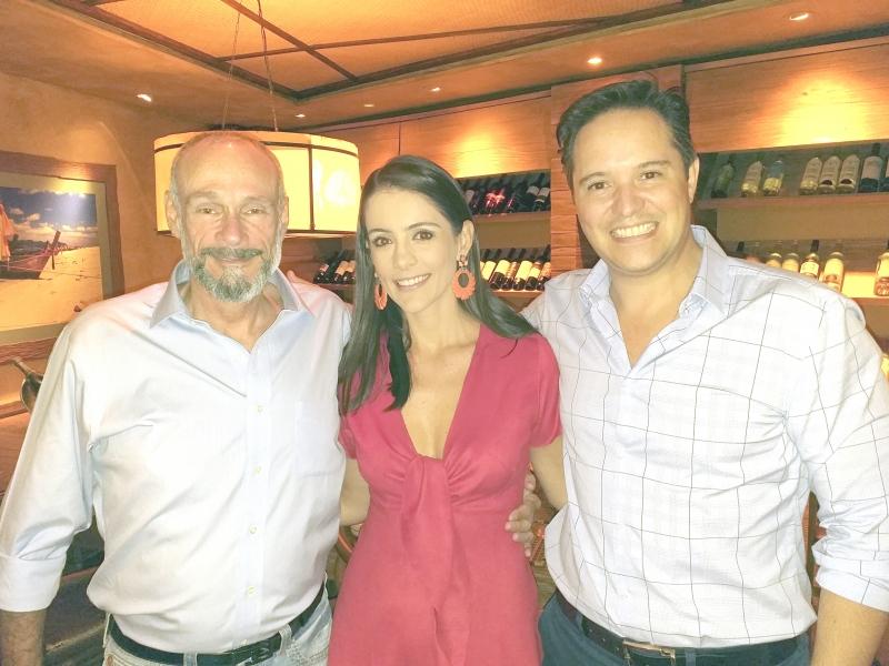 O aniversariante Theo Germano com Laura Carvalho Vianna e Flávio Vianna