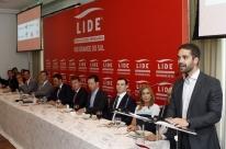 Eduardo Leite vai vender helicóptero do governo para cortar gastos