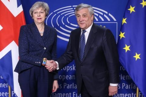 UE reafirma que não reabrirá acordo do Brexit em encontro com Theresa May