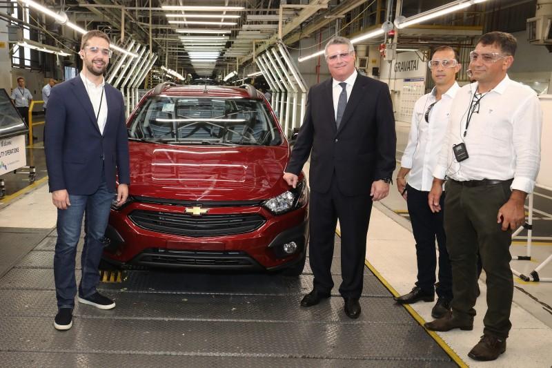Leite visita fábrica e posa ao lado de carro Onix e Zarlenga, repetindo gesto de antecessores