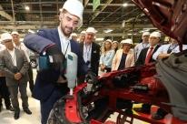 Eduardo Leite 'pilota' engrenagens na fábrica gaúcha da GM