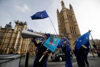 Premiê pede mais tempo ao Parlamento para 'suavizar' Brexit