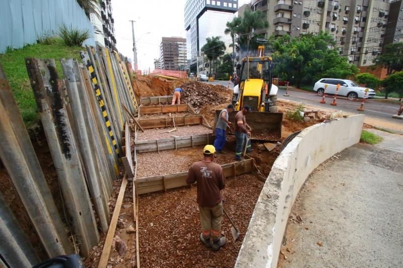 Está sendo feito o muro de condomínio ao lado da obra, depois, terá alargamento da via