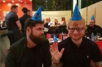 Ed Sheeran encanta fãs e festeja aniversário em Pizza Hut em Porto Alegre