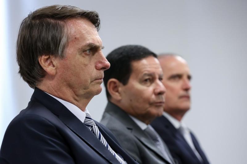 Via WhatsApp, Jair Bolsonaro (e) vetou reunião com executivo de emissora