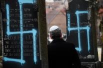 Túmulos de cemitério judaico são vandalizados com suásticas
