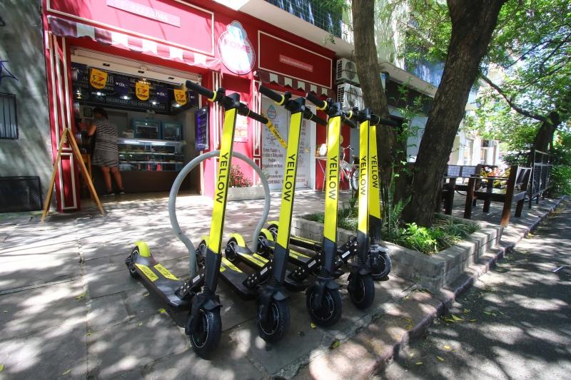De acordo com as novas normas, usuários do serviço na capital paulista precisarão deixar os patinetes estacionados em áreas específicas. Foto: Yellow / Divulgação.