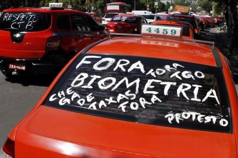 Taxistas protestam contra exigências para atuar em Porto Alegre