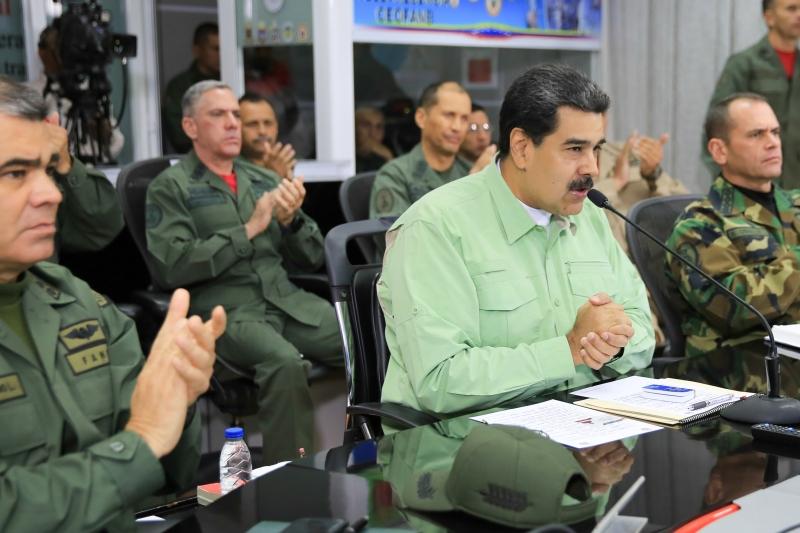 Nicolás Maduro anunciou a decisão ao lado de seus chefes militares
