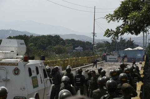 Militares negociam recuo de tanques venezuelanos na fronteira