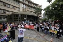 Municipários em greve protestam na manhã desta terça em Porto Alegre