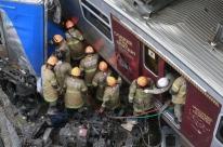 Trens que se chocaram no Rio permanecem parados nos trilhos