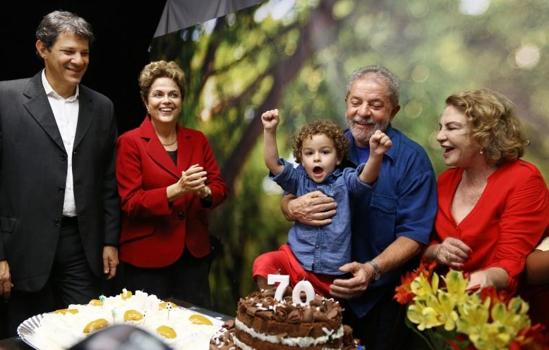 Arthur, no colo de Lula, visitou o avô por duas vezes na sede da Polícia Federal, no ano passado