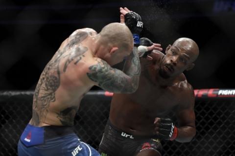 Jon Jones vence Smith por decisão dos juízes e defende título no UFC