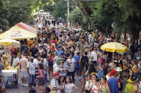 Chuva altera programação de carnaval de rua em Porto Alegre