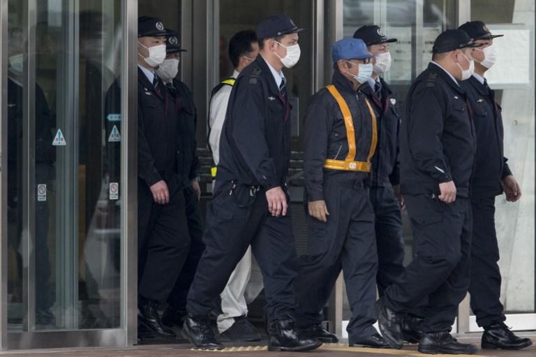 Brasileiro, que saiu de máscara e boné azul, pagou 1 bilhão de ienes, equivalente a R$ 33,8 milhões