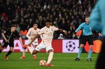 Sob olhares de Neymar, Manchester United elimina PSG com gol nos acréscimos