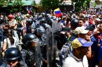 Manifestantes contra Maduro entram em confronto com a polícia