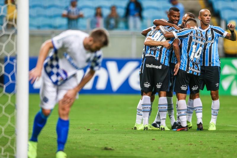 Partida marcou estreia do atacante Diego Tardelli (à direita)), mas André e Pepe marcaram